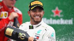 Indosport - Bintang tim Formula 1 Mercedes, Lewis Hamilton, membalas ucapan pembalap Red Bull Racing-Honda, Max Verstappen, yang pernah mengatakan bahwa dirinya bukan dewa.