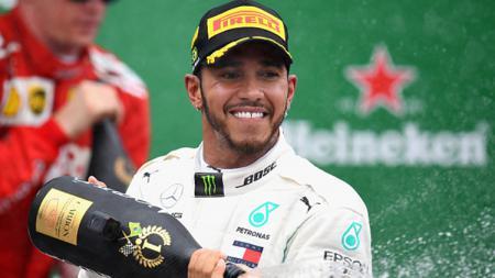 Lewis Hamilton berselebrasi usai memenangkan F1 GP Brasil. - INDOSPORT