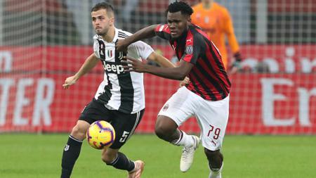 Franck Kessie (kanan) saat berduel dengan Pjanic di laga AC Milan vs Juventus. - INDOSPORT