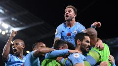 Indosport - Kyle Walker berselebrasi bersama para pemain Manchester City.