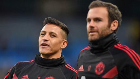 Alexis Sanchez (kiri) dan Juan Mata, 2 bintang Manchester United. - INDOSPORT
