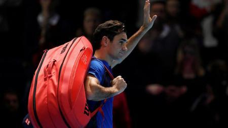 Roger Federer yang terlihat lesu usai dikalahkan Kei Nishikori di ATP Finals. - INDOSPORT