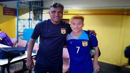 Laos secara mengejutkan berhasil lolos ke putaran final Piala AFC U-19 2020 berkat tangan dingin pelatih asal Singapura, V. Sundram Moorthy (kiri). - INDOSPORT