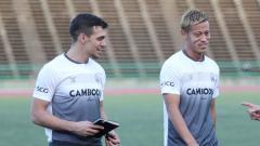 Indosport - Pelatih Timnas Kamboja U-23 untuk SEA Games 2019, Felix Augustin Dalmas (kiri) ketika sesi latihan.