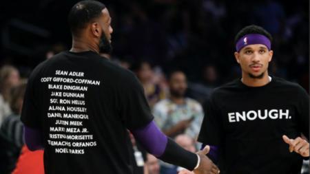 LeBron James dan Josh Hart menggunakan kaos untuk menghormati korban penembakan di California, - INDOSPORT