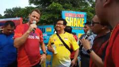 Indosport - Teddy Sheringham saat kunjungi booth Dare To Shakesperiment di GBK.