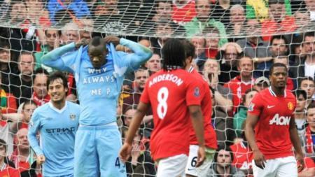 Mario Balotelli menunjukkan kaos 'Why Always Me' saat Derby Manchester. - INDOSPORT