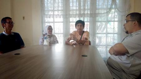 Penyerang Timnas U-16 Rendy Juliansyah yang merupakan putra asli Sumatera Selatan datang menyambangi anggota DPD RI Hendri Zainuddin di Palembang. - INDOSPORT