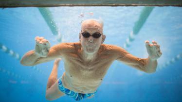 Ilustrasi lansia berenang. - INDOSPORT