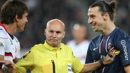 Wasit Prancis, Tony Chapron bersama Mantan Pemain PSG, Zlatan Ibrahimovic - INDOSPORT