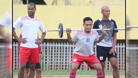 Pemain Persipura, Muhammad Tahir, Hilton Moreira dan Ricardo Salampessy saat menjalani sesi latihan di Stadion Mandala. - INDOSPORT