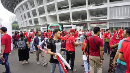 Suporter Timnas Indonesia mulai memadati Stadion Utama Gelora Bung Karno, Jakarta, jelang laga Kualifikasi Piala Dunia 2022 kontra Malaysia. - INDOSPORT