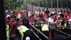 Indosport - Suporter Indonesia mulai memadati Stadion Gelora Bung Karno, jelang pertandingan Indonesia vs Timor Leste, Selasa (13/11/18).