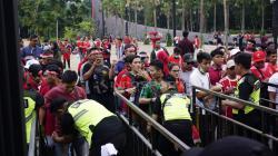 Suporter Indonesia mulai memadati Stadion Gelora Bung Karno, jelang pertandingan Indonesia vs Timor Leste, Selasa (13/11/18).