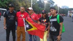 Indosport - Jauh-jauh dari kampung halaman, Suporter Timor Leste, tidak masalah kalau kalah.