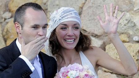 Andres Iniesta dan sang istri, Anna Ortiz, baru saja menyambut kelahiran anak keempat mereka. - INDOSPORT