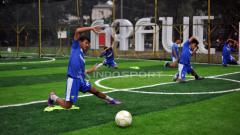 Indosport - Pemain Persib U-19, Beckham Putra Nugraha saat berlatih di Lapangan Futsal Taman Persib, Jalan Supratman, Kota Bandung, Selasa (13/11/2018).