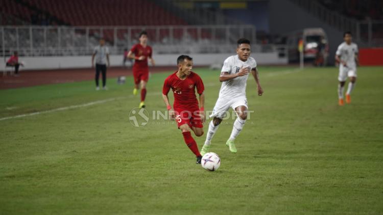 Riko Simanjuntak mengantisipasi ke siapa dia akan melakukan umpan bola. Copyright: Herry Ibrahim/Indosport.com