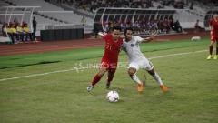 Indosport - Andik Vermansyah berusaha keras untuk menyingkirkan pemain Timor Leste.