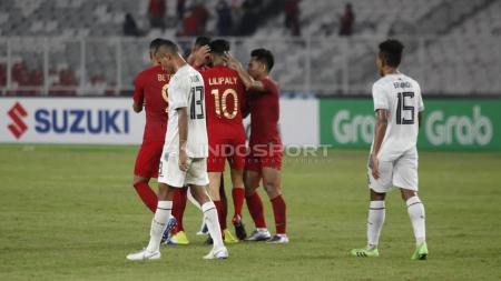 Aksi selebrasi para pemain Timnas Indonesia melakukan selebrasi di hadapan pemain Timor Leste yang tertunduk. - INDOSPORT