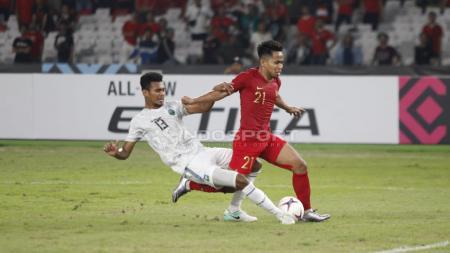 Pemain Timor Leste melakukan pelanggaran terhadap Andik Vermansyah. - INDOSPORT