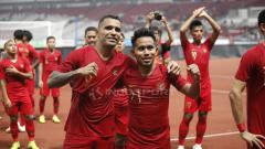 Indosport - Pemain Timnas Indonesia, Beto Goncalves dan Andik Vermansah, ucapkan terima kasih untuk para suporter yang hadir SUGBK usai tundukan Timor Leste.