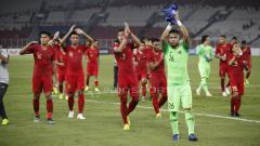 Indosport - (Ki-Ka) Fachrudin Aryanto, Bayu Pradana, Hansamu Yama dan Andritany Ardhiyasa memberikan applause kepada para penonton laga Timnas Indonesia vs Timor Leste