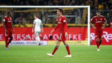 Para pemain Bayern Munchen tertunduk lesu usai kalah dari Borussia Dortmund. - INDOSPORT