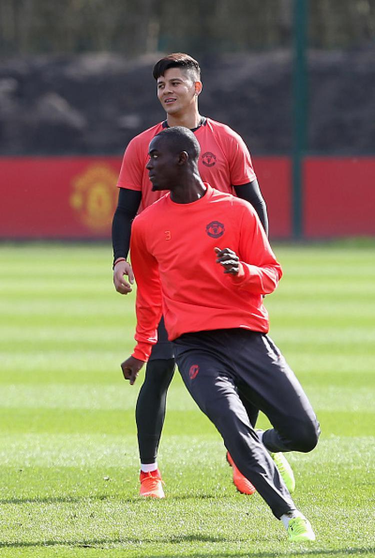 Eric Bailly (depan) dan Marcos Rojo, 2 pemain Manchester United yang disebut-sebut akan dilepas. Copyright: INDOSPORT
