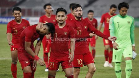 Andik Vermansah (kedua dari kiri) terlihat merangkul pencetak gol penyama Indonesia atas Timor Leste, Alfath Faathier (kiri).