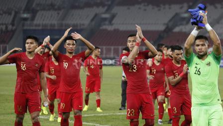 Sejumlah pemain Timnas Indonesia memberikan penghormatan kepada suporter yang hadir di stadion.