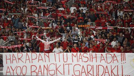 Spanduk dukungan yang dibentangkan para suporter Indonesia sepanjang laga.
