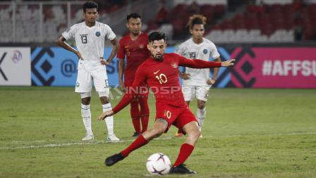 Aksi Stefano Lilipaly mengeksekusi penalti ke gawang Timor Leste.