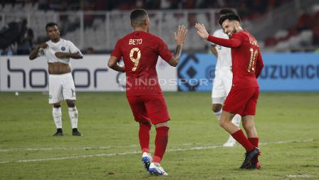 Alberto Goncalves menghampiri Stefano Lilipaly usai mencetak gol kedua untuk Indonesia.