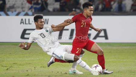 Andik Vermansah mendapatkan tekel keras dari pemain belakang Timor Leste.
