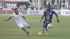 Indosport - Ibrahim Conteh (kanan), pemain PSIS Semarang.
