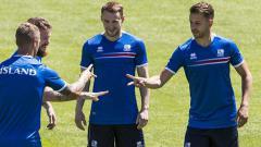 Indosport - Contoh para pemain Timnas Islandia saat melakukan suit.
