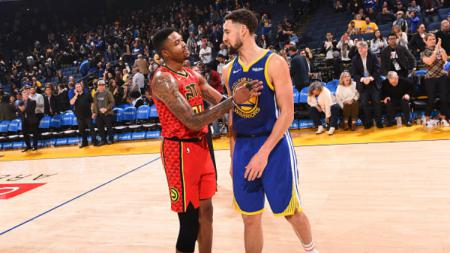 Klay Thompson dan Kent Bazemore dalam laga Atlanta Hawks vs Golden State Warriors. - INDOSPORT