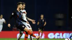 Rakitic mendapatkan penjagaan ketat dari pemain lawan dalam laga Kroasia vs Spanyol.