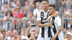 Indosport - Cristiano Ronaldo menyarankan Paulo Dybala (kanan) menerima tawaran Manchester United.