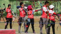 Indosport - Atlet panahan saat pelatnas di Lapangan KONI Surabaya.