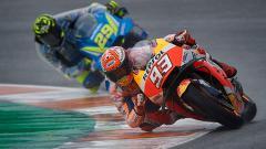 Indosport - Pembalap MotoGP, Marc Marquez (depan) dan Andrea Iannone menggunakan jas hujan khusus pada latihan bebas pertama di MotoGP 2018 Valencia.