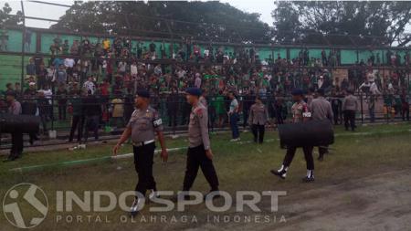 Suporter PSMS Medan bentrok dengan steward dan dipisahkan oleh Polisi. - INDOSPORT