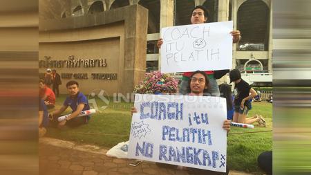 Suporter Timnas Indonesia membentangkan spanduk untuk kritik PSSI. - INDOSPORT