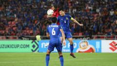 Indosport - Perebutan bola di lini tengah