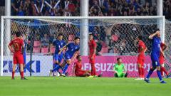 Indosport - Para pemain Timnas Indonesia tertunduk lesu setelah dibobol Thailand.