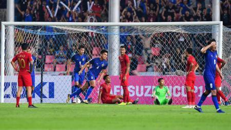Para pemain Timnas Indonesia tertunduk lesu setelah dibobol Thailand. - INDOSPORT