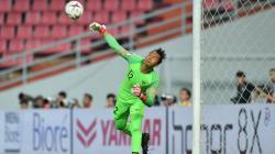 Awan Setho melempar bola ke tengah gawang melawan Thailand
