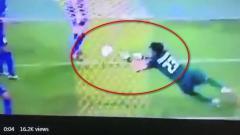 Indosport - Kiper Thailand tampak enggan menangkap sundulan Fachruddin Wahyudi