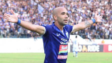 Selebrasi striker PSIS Semarang Bruno Silva usai cetak gol ke gawang Persib Bandung di Liga 1, minggu (18/11/18). - INDOSPORT